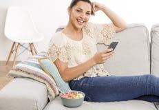 Femme heureuse texting photographie stock