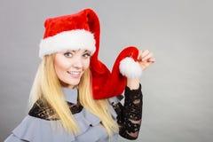 Femme heureuse utilisant le chapeau d'aide de Santa Claus photo stock