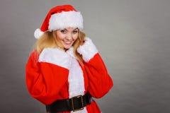 Femme heureuse utilisant le costume d'aide de Santa Claus images libres de droits