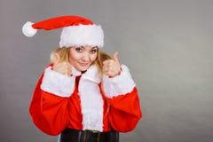 Femme heureuse utilisant le costume d'aide de Santa Claus photographie stock