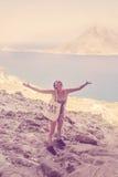 Femme heureuse voyageant par la mer Photographie stock libre de droits
