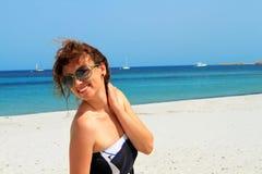 Femme heureux à la plage Images stock