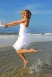 Femme heureux à la plage photo stock