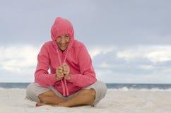 Femme heureux à la plage par temps froid d'automne images libres de droits