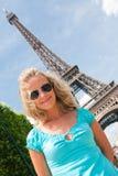 Femme heureux à Paris Photographie stock libre de droits