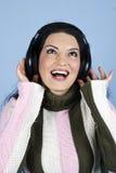 Femme heureux appréciant la musique dans des écouteurs Photos stock