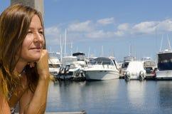 Femme heureux appréciant le jour ensoleillé à la marina Photographie stock libre de droits