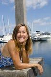 Femme heureux appréciant le jour ensoleillé à la marina Photos stock