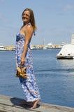 Femme heureux appréciant le jour ensoleillé à la marina Image libre de droits