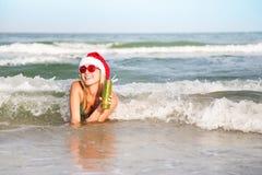 Femme heureux appréciant les ondes de mer Photographie stock