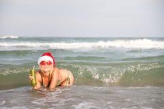 Femme heureux appréciant les ondes de mer Image stock