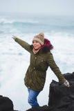 Femme heureux au bord de la mer Image stock
