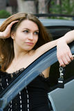 Femme heureux avec des clés de véhicule. Photographie stock libre de droits