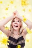 Femme heureux avec des fleurs photographie stock libre de droits