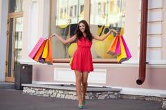 Femme heureux avec des sacs à provisions Images libres de droits