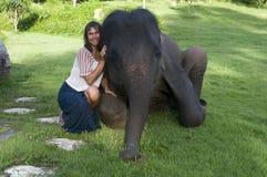 Femme heureux avec l'éléphant de chéri Images libres de droits