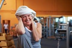Femme heureux avec l'essuie-main en gymnastique Photographie stock