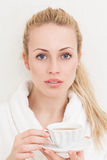 Femme heureux avec la cuvette de thé Photo libre de droits