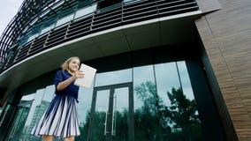 femme heureux avec la tablette Image libre de droits