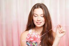 Femme heureux avec le cadeau Photographie stock libre de droits