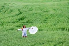 Femme heureux avec le parapluie. Image libre de droits