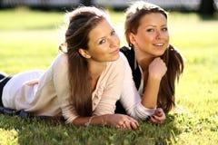 Femme heureux détendant dans l'herbe Image libre de droits