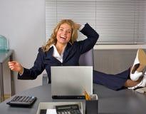 Femme heureux détendant dans le bureau photos stock