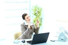 Femme heureux d'affaires à l'appel téléphonique au bureau Photographie stock libre de droits