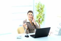 Femme heureux d'affaires à l'appel téléphonique au bureau Photo stock
