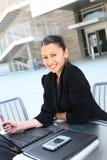 Femme heureux d'affaires à la compagnie photographie stock libre de droits