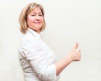 Femme heureux d'affaires affichant le pouce vers le haut Images stock