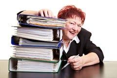 Femme heureux d'affaires derrière des fichiers Photo libre de droits