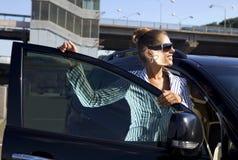 Femme heureux d'affaires près de passerelle de ville Photos stock