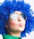 Femme heureux dans la perruque bleue dans des lunettes de soleil Images libres de droits