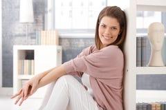 Femme heureux dans la salle de séjour intelligente Photos libres de droits