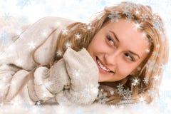 Femme heureux dans le chandail et la mitaine avec des flocons de neige Image libre de droits
