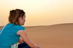Femme heureux dans le désert Photographie stock libre de droits