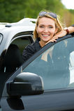 Femme heureux dans le véhicule neuf Photos libres de droits