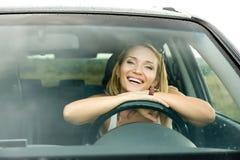 Femme heureux dans le véhicule neuf Photos stock