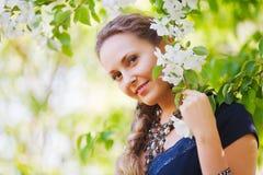 Femme heureux dans un jardin de source Photographie stock libre de droits