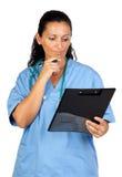 Femme heureux de docteur avec penser de planchette Image stock