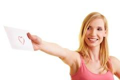 Femme heureux envoyant une lettre d'amour Photos stock