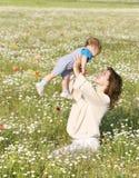 Femme heureux jouant avec le fils Photographie stock