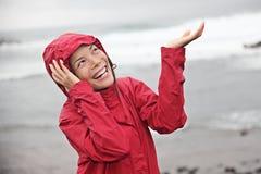 Femme heureux le jour pluvieux Photographie stock libre de droits