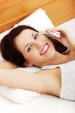 Femme heureux parlant au téléphone. Photo stock