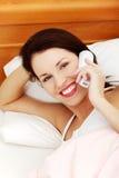Femme heureux parlant au téléphone. Image stock