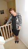 Femme heureux restant sur les escaliers dans la maison. Photographie stock libre de droits