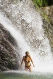 Femme heureux sous la cascade à écriture ligne par ligne photographie stock