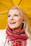 Femme heureux sous le parapluie jaune Images libres de droits