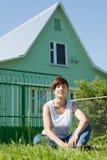 Femme heureux sur la pelouse devant la maison images libres de droits